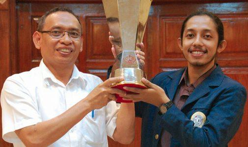 TIM Delegasi FH UNAIR Juara NMCC Mutiara Djokosoetono IX Diterima Rektor Universitas Airlangga
